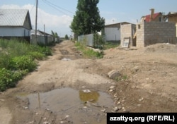 Шаңырақ ауылындағы жөндеу көрмеген көшелер. Алматы, 27 маусым.2011 жыл.