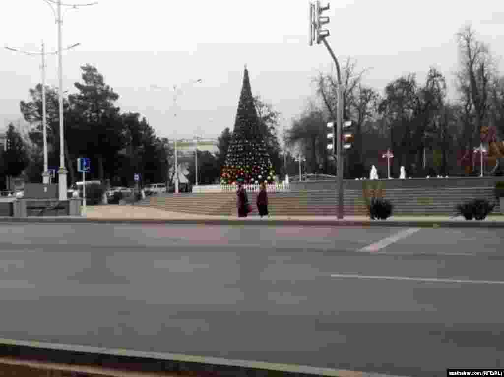 Ёлка у городского фонтана