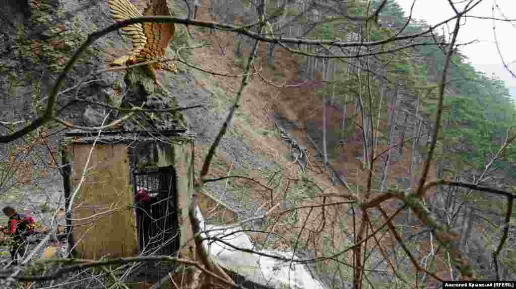 Статуя орла на даху будівлі водозабору на Учан-Су