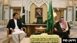 Saudi King Salman (right) meets with Pakistani Prime Minister Imran Khan in Riyadh on October 23.