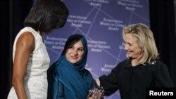 Shad Begun (në mes) merr urime nga Hillari Klinton dhe Mishell Obama për çmimin e dhënë nga Departamenti amerikan i shtetit