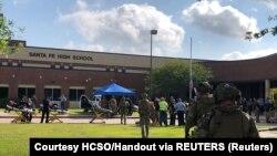 Сотрудники сил безопасности, прибывающие в школу в Санта-Фе, где была стрельба. Техас, 18 мая 2018 года
