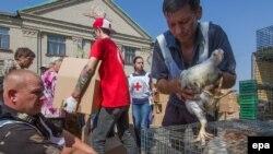 Новотроицкое, Донецкая область. Раздача гуманитарной помощи Международным комитетом Красного Креста