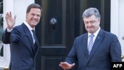 Прем'єр Нідерландів Марк Рютте (ліворуч) приймає президента України Петра Порошенка в Гаазі, 26 листопада 2015 року