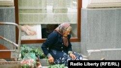 Літня жінка на вулиці Львова