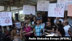 Архивска фотографија: Новинарите протестираа против продолжувањето на притворот на Томислав Кежаровски пред Основниот суд Скопје 1 на 25 јули 2013.