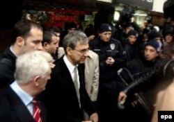 """Orhan Pamuk """"türklüyün təhqiri"""" ittihamı ilə məhkəmə çəkilib, İstanbul, 2005"""