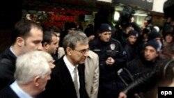 Türkiyə - Pamuk İstanbul məhkəməsini tərk edir. 16 dekabr 2005-ci il. O zaman ona qarşı türklüyü təhqir etmək davası açılmışdı