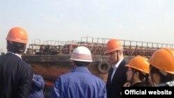 Ministri saobraćaja i pomorstva i finansija Ivan Brajović i dr Radoje Žugić posjetili su dva brodogradilišta u Nanjingu, u kojima će se graditi još dva crnogorska broda, 13.april 2013.