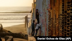 Стена на границе Мексики и США в мексиканском городе Тихуана (штат Нижняя Калифорния), 24 декабря 2018