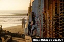 Стена на американо-мексиканской границе в районе города Тихуана