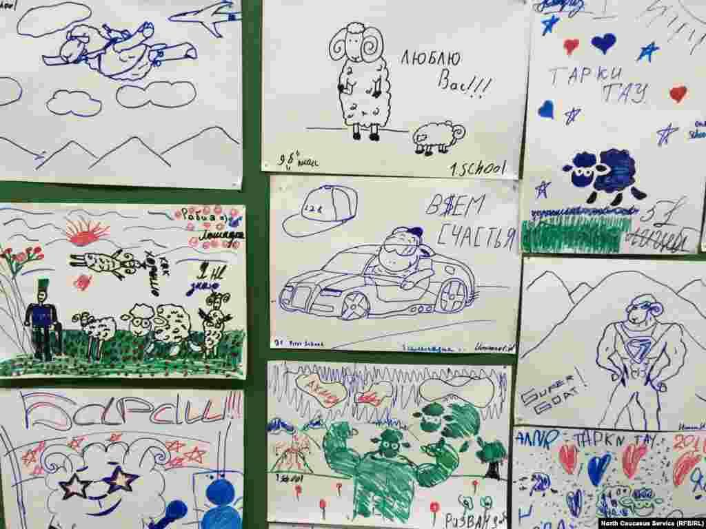 Выставка детских рисунков в рамках ярмарки.