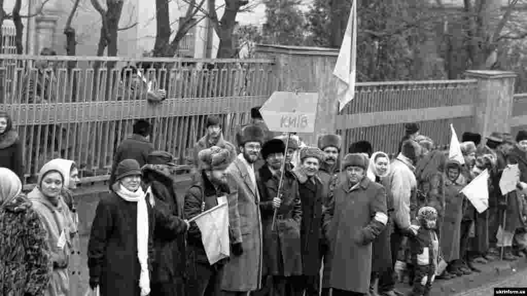 Львов. В «цепи» приняли участие, по официальным данным советского режима, около 450 тысяч человек. По неофициальным оценкам – от одного до пяти миллионов человек