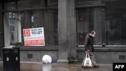 Покупатель проходит мимо пустой витрины магазина в Манчестере на северо-западе Англии, 13 октября 2020 года.