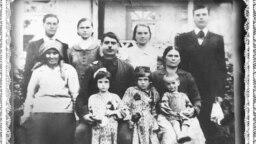 Familia lui Matei Oală (centru așezat), deportată la 13 iunie 1941, în care Maria (sus, centru) abia intrase ca noră