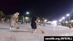 Самаркандцы в спешке убирают сквер в центре города