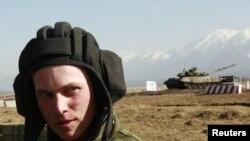 Владикавказ маңында өткен әскери жаттығуларға қатысқан Ресей қарулы күштерінің сарбазы. 2 наурыз 2010 жыл.