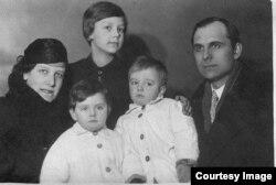 Дети Романковы с родителями
