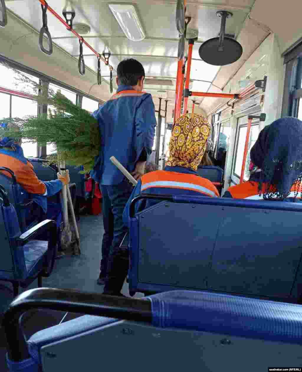 Сотрудники коммунальных служб едут в автобусе. Туркменабат. Март, 2021 г.