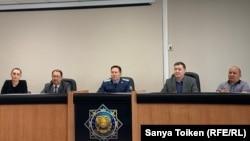 Заместитель прокурора Нур-Султана Елдос Килымжанов (в центре) и судмедэксперты на брифинге в столице. 28 февраля 2020 года.