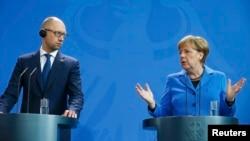Прем'єр-міністр України Арсеній Яценюк та канцлер Німеччини Ангела Меркель під час прес-конференції у Берліні. 23 жовтня 2015 року
