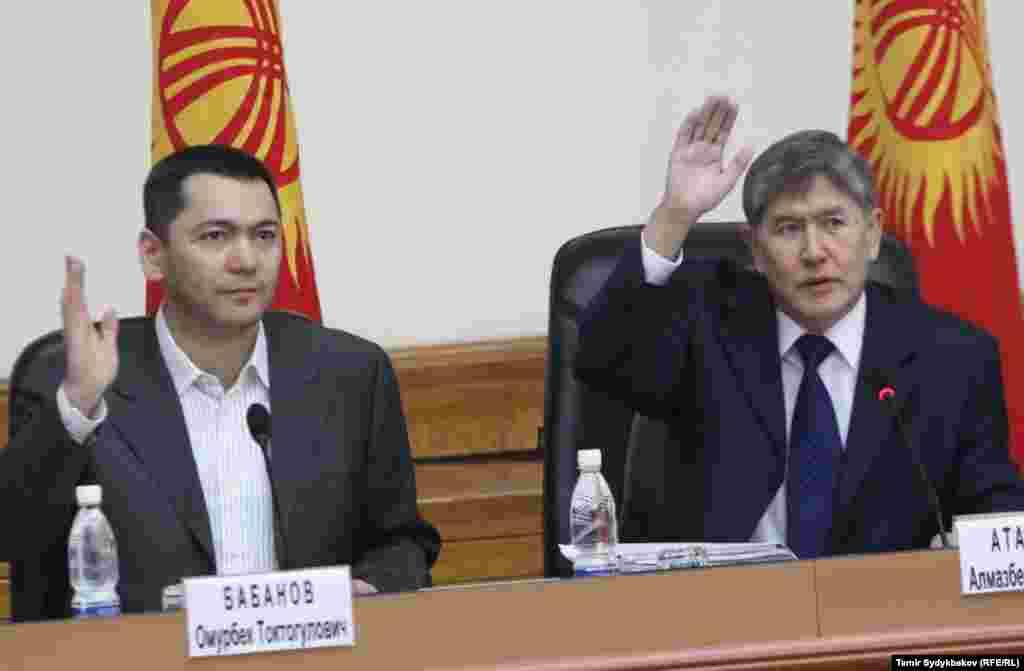 Депутат Омурбек Бабанов и президент Алмазбек Атамбаев.