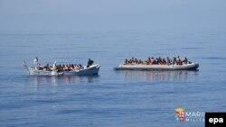 Біженці на човнах намагаються дістатися Італії (архівне фото)