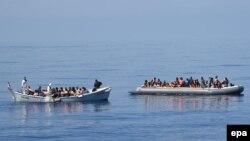 Лодки с мигрантами в Средиземном море. Иллюстративное фото.