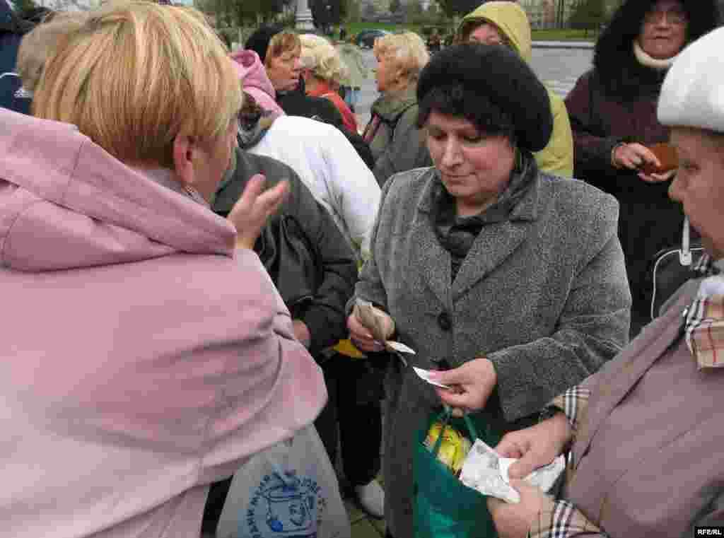 К пенсионерам подошли безымянные активисты, стали зачитывать списки и обсуждать какие-то материальные вопросы, передавая им деньги.