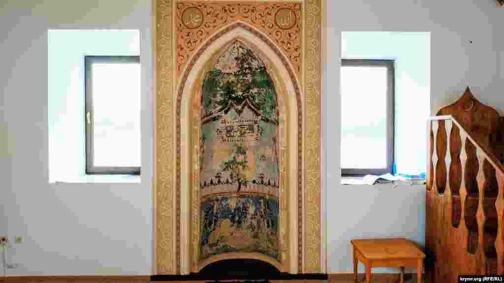 Чудом сохранившийся михраб (ниша в стене мечети, которая указывает направление на Мекку) с уникальными фрагментами орнаментов и узоров