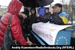Учасники Євромайдану в Луганську