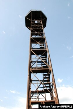 Апаттан аман қалған көл жағасындағы бақылау мұнарасы. Алматы облысы, 18 шілде 2010 жыл.