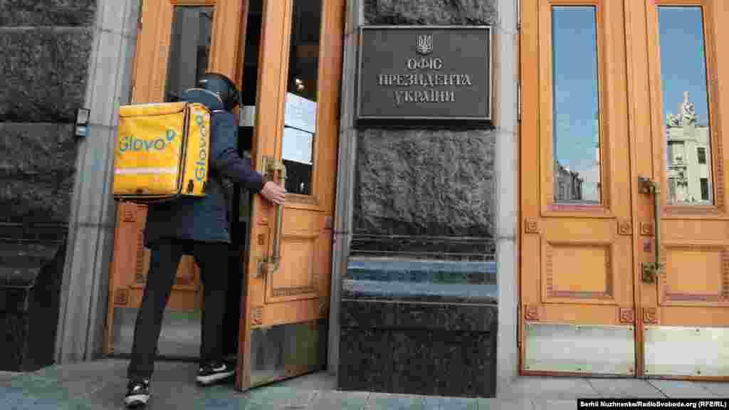 Кур'єр служби доставки Glovo («Глово») під час карантину в Києві, привіз замовлення до Офісу президента України