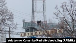 Люди переходять з російського Чорткового в українське Мілове через пункт перетину на українсько-російському кордоні для місцевих жителів