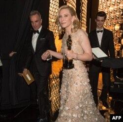 """Cate Blanchett ən yaxşı aktrisa roluna görə """"Oskar"""" mükafatı alır. 2004-cü il."""
