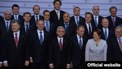 """Ригада ўтган """"Шарқий ҳамкорлик"""" саммитида иштирок этган Европа Иттифоқи расмийлари ҳамда лойиҳага аъзо давлдат президентлари."""