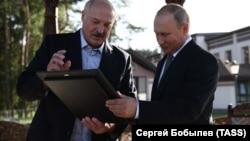 Президент Беларуси Александр Лукашенко и президент РФ Владимир Путин во время встречи 30 июня 2019 года