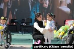 Шахноза Мирзияева с одной из воспитанниц специализированного дошкольного образовательного учреждения в Нукусе, 4 апреля 2019 года.