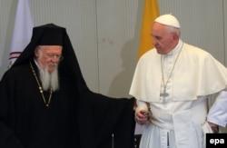 Папа Францішак (справа) і Патрыярх Канстантынопальскі Барталямэй