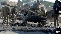 Самоубиствен бомбашки напад на влезот на меѓународниот аеродром во Кандахар.