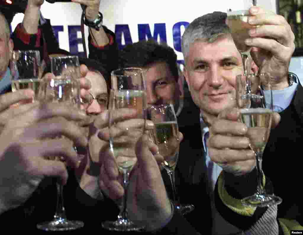 Члени Демократичної партії Сербії святкують перемогу Джинджича, 24 грудня 2000 року. Через місяць він зайняв пост прем'єр-міністра