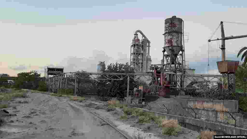 """""""ჰაიდელბერგცემენტის"""" ქარხანა. გარდაბნის მუნიციპალიტეტის პირველი დასახლებული პუნქტიდან, სოფელ თაზაქენდიდანდაახლოებით 300 მეტრის მანძილზე მდებარეობს, ხოლო, რუსთავიდან დაახლოებით 3 კილომეტრში."""
