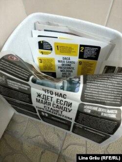 Propagandă electorală împotriva Maiei Sandu, aruncată într-un coș de gunoi de la intrarea unui bloc de locuințe din Chișinău, 10 noiembrie 2020
