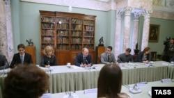 Владимир Путин (в центре) на встрече с молодыми учеными и учителями истории в Музее современной истории России