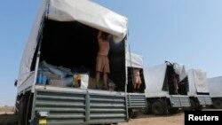 Водії російського гуманітарного конвою показують вміст вантажівок, поблизу міста Каменськ-Шахтинський, Росія, 15 серпня 2014 року