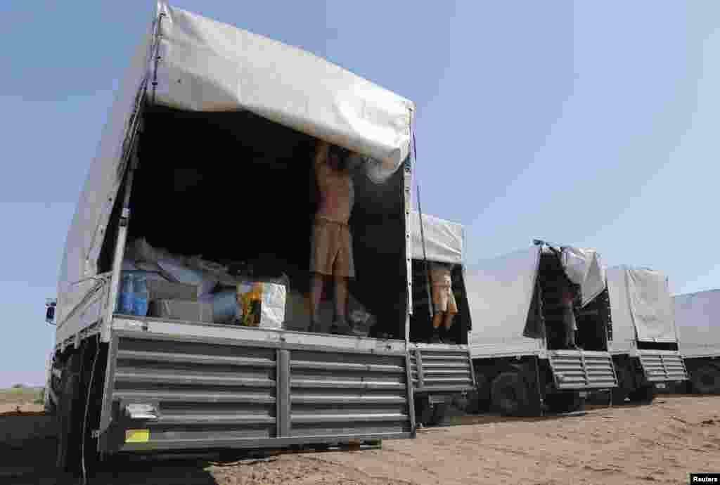 Водители российских КАМАЗов показали журналистам содержимое своих автомобилей. Лагерь вблизи российского города Каменск-Шахтинский, 15 августа 2014 года