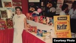 Počeci firme Lifeway, Ludmila Smolyansky promoviše kefir na jednom američkom sajmu, 1986.