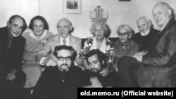 Петро Григоренко із соратниками по демократичному руху в СРСР. Фото з архіву товариства «Меморіал»