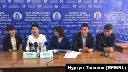 Бывшие работники театра традиционного искусства «Алатау» и их адвокаты на пресс-конференции в Казахстанском бюро по правам человека. Алматы, 12 сентября 2018 года.
