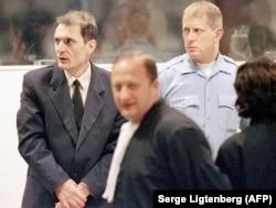 Босанскиот Србин Драгољуб Кунарац (лево), обвинет за воени злосторства со своите адвокати во судницата во Меѓународниот кривичен трибунал за поранешна Југославија во Хаг, 22 февруари 2001 година